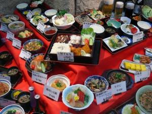 faux plats dans la vitrine d'un restaurant japonais