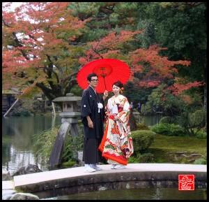 de jeunes mariés japonais sur le pont du jardin japonais du Kenroku-en